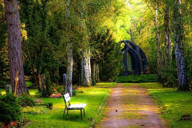 begravning vid fin kyrkogård och grön skogr